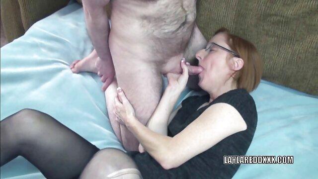 مادر جوان لینک گروه فیلم سوپر یک دیک لاستیکی فوق العاده بزرگ مصرف می کند