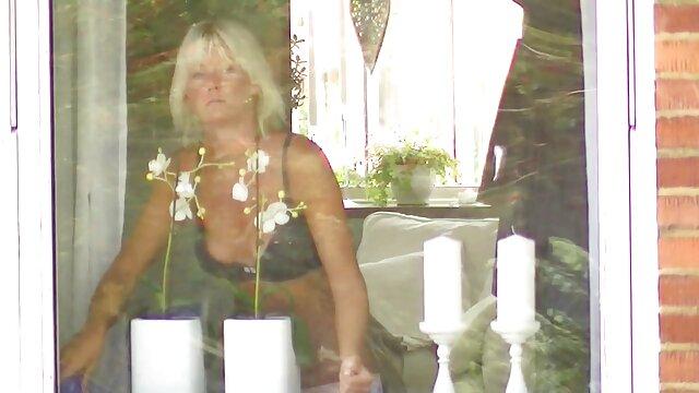 والنتینا ناپی عضوی عمیق در الاغ کانال فیلم سوپر سکسی است