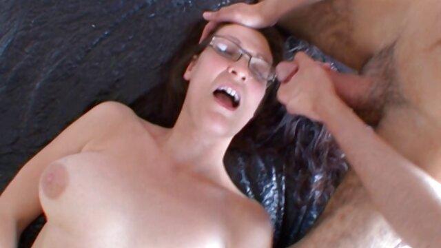 فاحشه ایتالیایی خروس فیلم سوپر تلگرامی سیاه را از صورت می مکد